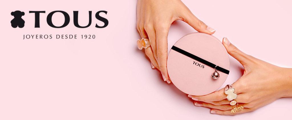 Tutti - Imagen publicitaria de la marca con detalle de manos luciendo joyas Tous y sosteniendo una caja de joyas.