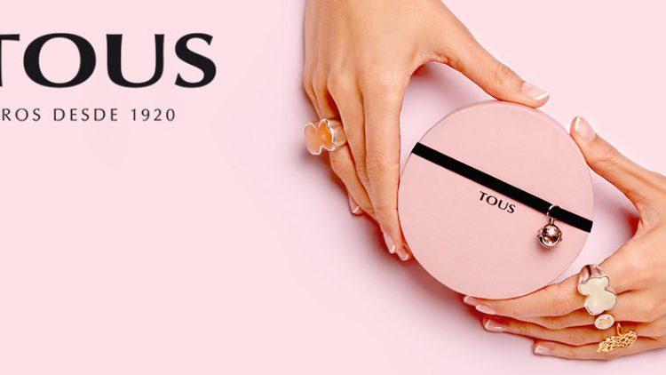 Tutti - Immagine pubblicitaria del marchio con il dettaglio delle mani che indossano gioielli Tous e che tengono in mano un portagioie.